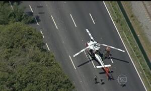 Helicóptero da PM quebra e trava avenida em São Paulo