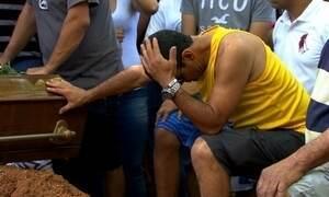 Corpos de jovens mortos em chacina em Carapicuíba (SP) são enterrados