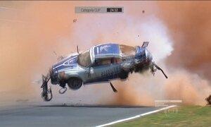 Carro de Pedro Piquet capota por pelo menos nove vezes em acidente em Goiânia