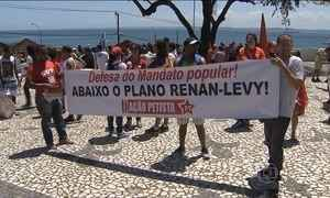 Sindicalistas e integrantes de movimentos sociais fazem manifestação