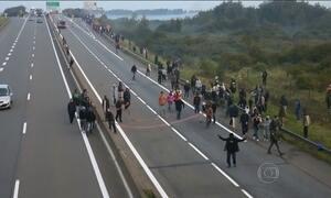 Mais de cem imigrantes tentam cruzar túnel que liga a França à Grã-Bretanha