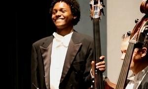 Jovem carente fica em 1º lugar em concurso para tocar em orquestra