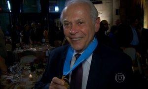 Jornalista Lucas Mendes recebe prêmio mais antigo do jornalismo internacional