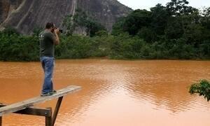 Fotógrafo percorre dez cidades acompanhando a lama no Rio Doce
