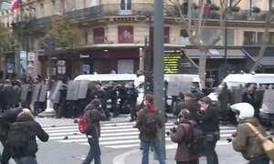 Manifestantes contrários à Conferência do Clima entram em confronto com a polícia em Paris