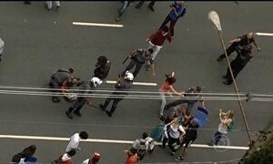 Estudantes que protestam contra a reorganização do ensino fecham avenidas em SP