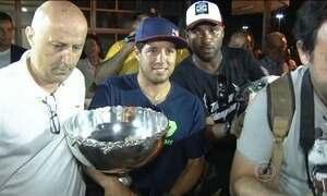 Mineirinho chega ao Guarujá (SP) depois de receber título de campeão