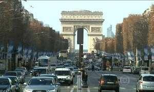 Homem com faca ameaça policiais em Paris