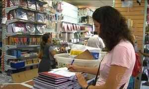 Pais buscam a ajuda dos filhos para economizar com o material escolar