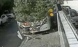 Câmeras de segurança flagram dois acidentes em Pernambuco
