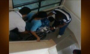 Pacientes em cadeiras de rodas são carregados por escadas em hospital