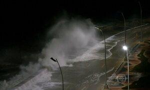 Ondas gigantes atingem o litoral de Cuba