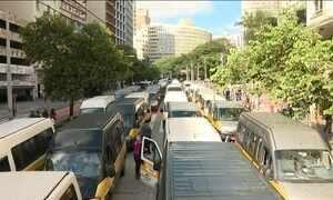 Donos de vans escolares fazem carreata em São Paulo