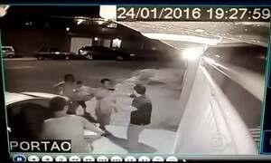 Câmeras de segurança registra assalto a família em Duque de Caxias, no RJ