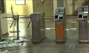 Foliões forçam entrada em estação de metrô em Belo Horizonte (MG)