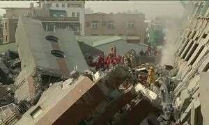 Equipes buscam sobreviventes em prédio em Taiwan