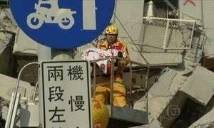 Bebê é resgatado com vida sob prédio que desabou em Taiwan