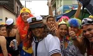 Homens e mulheres trocam de lugar para animar o carnaval em Vigia (PA)