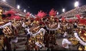 Foliões vivem momentos de ansiedade no trajeto de casa até a Passarela do Samba