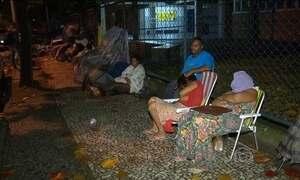 Pais passam madrugada em fila para tentar matricular filhos em escola no RJ