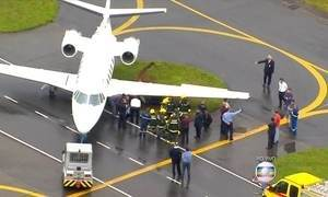 Avião atola em canteiro do aeroporto de Congonhas