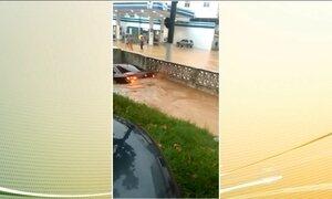Forte chuva alaga ruas e causa transtornos no RJ