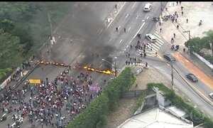 Manifestantes pró-governo fecham vias importantes em SP