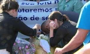 Emoção e revolta marcam enterro de médica morta no Rio
