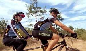 Ciclistas compartilham com deficientes visuais o prazer de pedalar