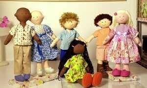Aposentada cria bonecas terapêuticas para crianças internadas