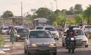 Farol baixo obrigatório é dúvida em estradas que cortam cidades