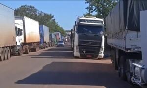 Fiscalização e protestos aumentam as filas de caminhões nas fronteiras