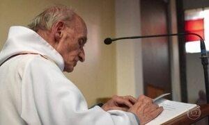 Homens invadem igreja na Normandia e matam padre