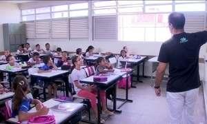 Professor no Brasil ganha menos e trabalha mais que os de outros países