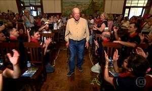Ex-aluno de 102 anos recebe homenagem de 80 anos de formado