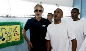 Tenor italiano Andrea Bocelli canta com coral de presos em São Paulo