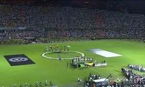 Colombianos fazem homenagem à Chapecoense no estádio, em Medellín