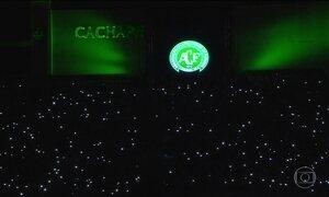 Emoção marca homenagem a jogadores da 'Chape' na Arena Condá