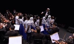 Maestro João Carlos Martins rege coral formado por 21 refugiados