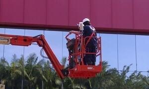 Chefe Secreto: diretor administrativo limpa fachada de prédio de 13 metros