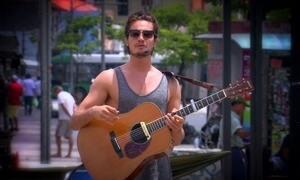 Tiago Iorc vira músico de rua em locais movimentados de SP