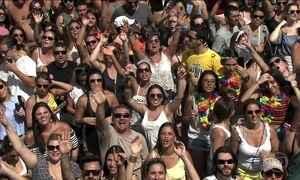 Blocos de pré-carnaval arrastam uma multidão nas ruas de São Paulo