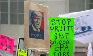 Donald Trump completa um mês o cargo enfrentando novos protestos