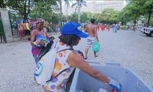 Lixo do Carnaval vira dinheiro na mão de catadores no Rio