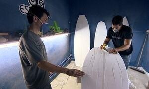 Amigos montam oficina de modelador para surfistas fabricarem pranchas