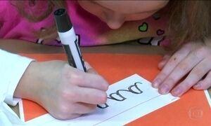Ensino de letra cursiva na escola é discutido nos EUA e no Brasil
