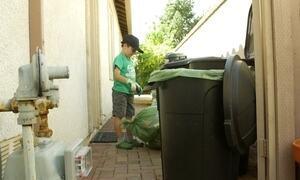 Menino de sete anos lucra com serviço de reciclagem