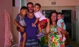 Após adotar três irmãos biológicos, mãe consegue engravidar de menina