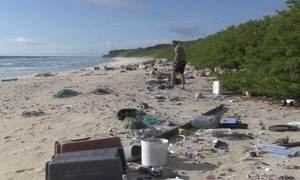 Ilha vive tragédia ao acumular lixo carregado pelas correntes do Pacífico