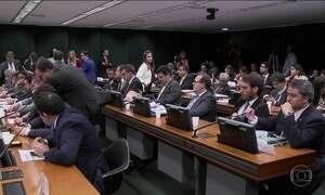 Comissão aprova regras que podem reduzir número de partidos